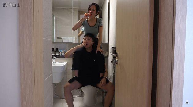 连体姐弟!24小时生活「一起进浴室」弟弟崩溃:胸稍微收一下!插图5