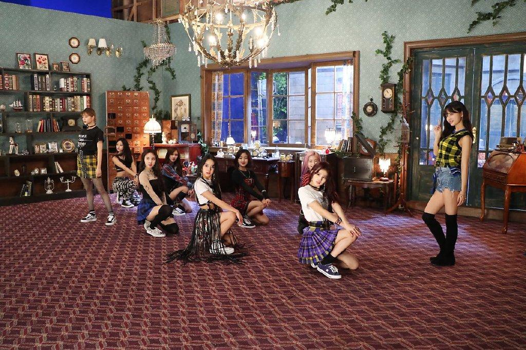 「TWICE」MV曝光魔鬼拍摄!MOMO一跨步「脚软倒地」吓傻粉丝!插图1