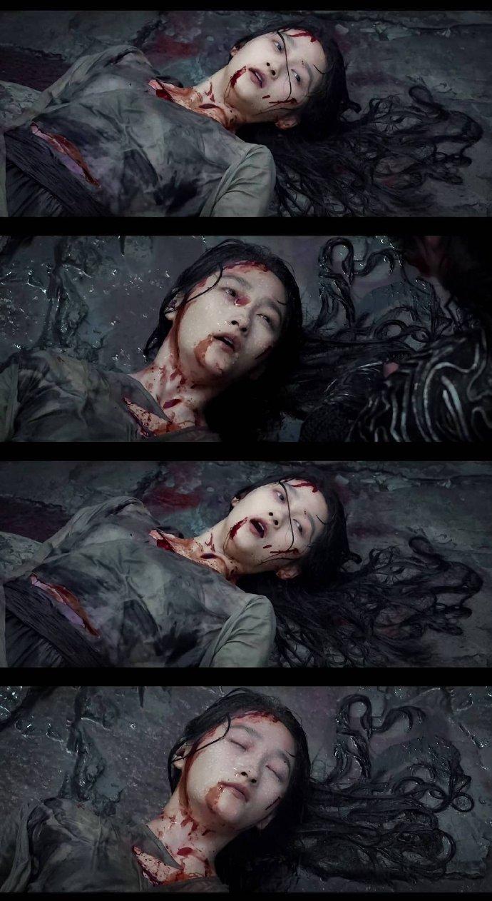 「关晓彤」脸色苍白「倒在血泊中」!「血腥剧照」曝光 网看哭:好心疼!插图5