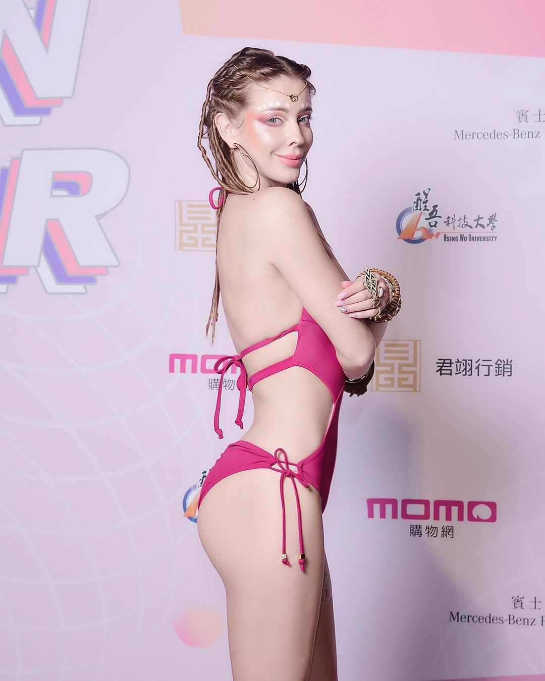 俄罗斯KTV男生满25才给进?安妮秀美臀线条 自嘲「粉红色阿凡达」插图5