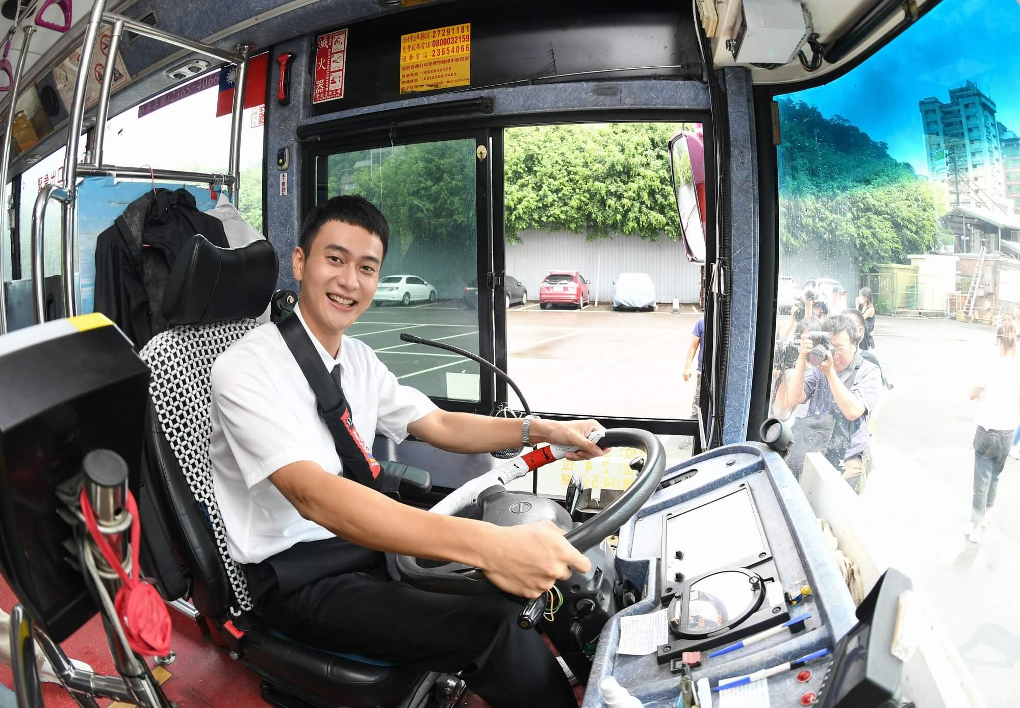 《消失的情人节》刘冠廷狂贴公车司机偷看 重拾方向盘:我去上班啰! - 收藏派