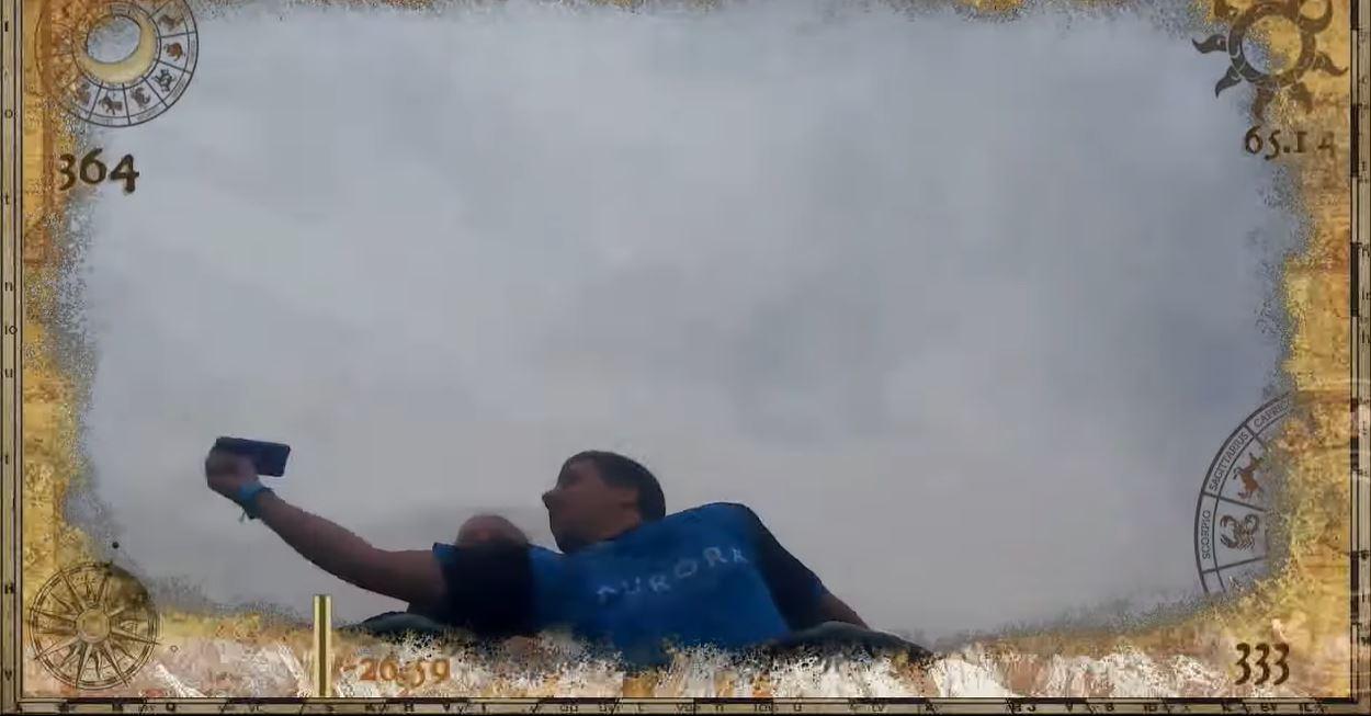 男子坐云霄飞车太嗨!手举空中「捡到 iPhone X」 超狂影片「观看破400万」! - 宅男圈