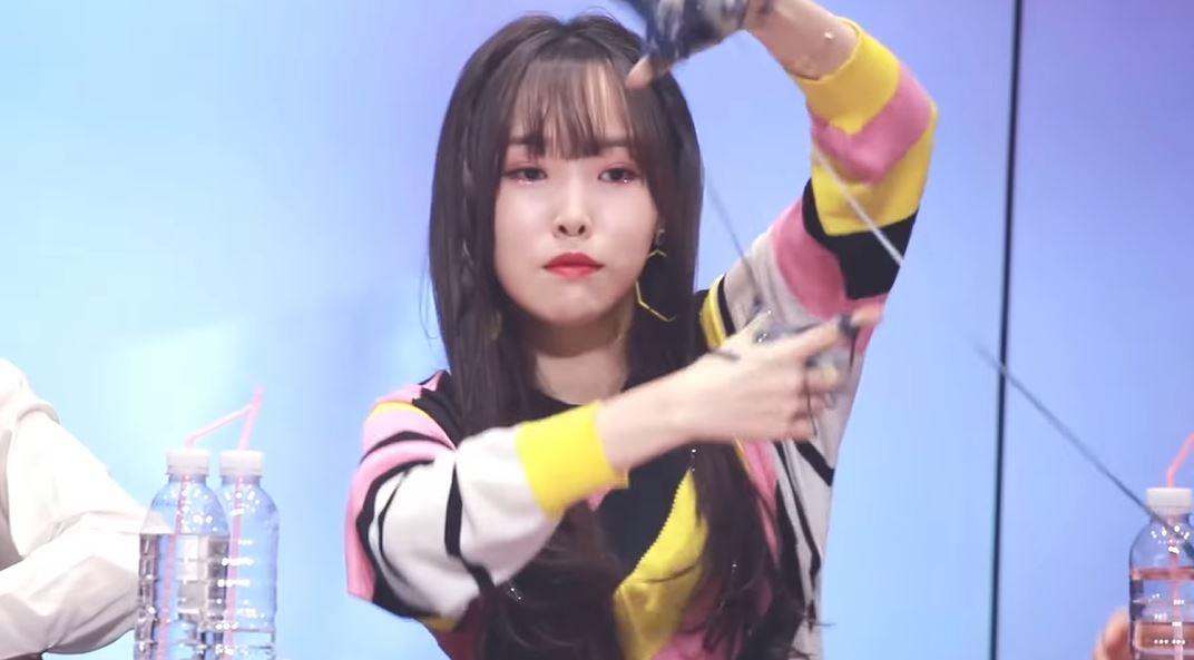 Gfriend主唱「Yuju」见面会「手沾黑色黏液」!空中狂甩成员「嫌恶表情」全都录! - 收藏派