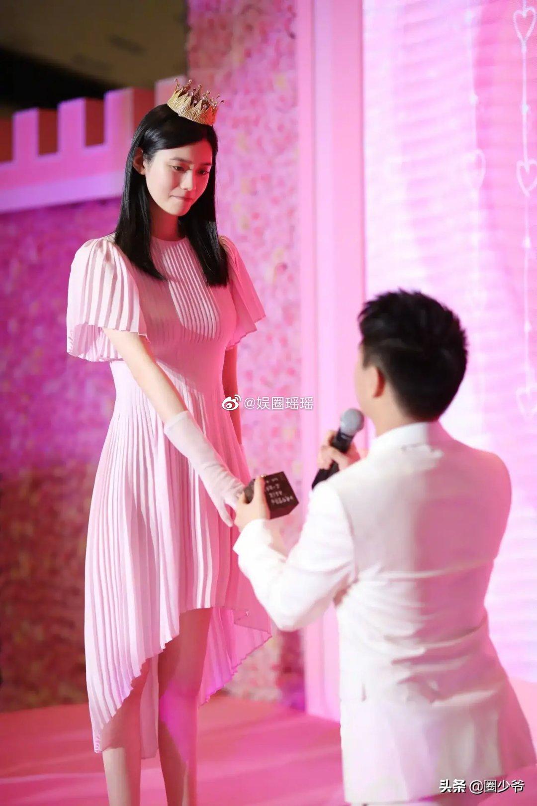 求婚也要找妈妈!赌王之子「不知戒指该戴哪」 老婆表情全拍下! - 收藏派