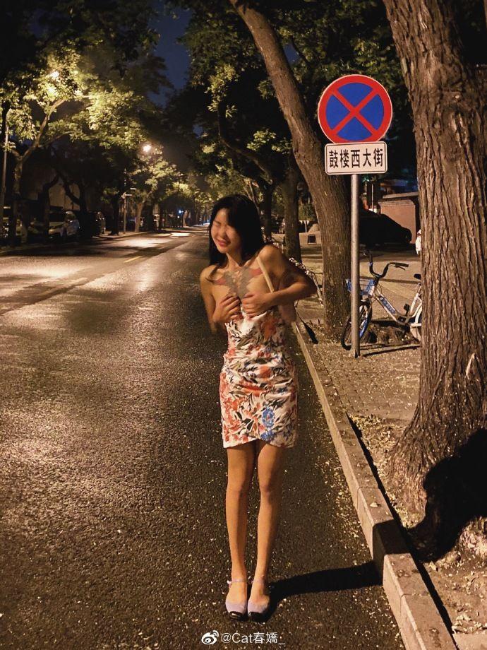 大街上直接脱!网红「炸出黑色内内」 网傻眼:想红想疯了!
