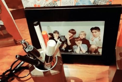RM直播桌上「私藏照」曝光!粉丝收礼一打开「竟是同一张」! - 收藏派