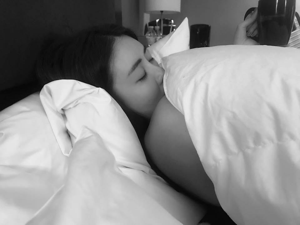 赖琳恩情人节晒「半裸床照」娇嗔:不想起床~ 陈乃荣超浪漫「闺房情趣」闪爆❤插图3