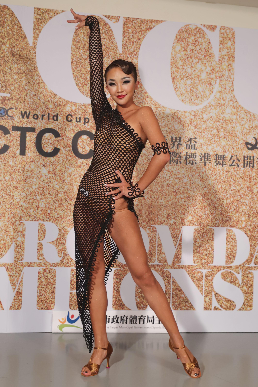 《舞力全开》女舞者「渔网衣」从头透视到脚 「高衩开到腰上」浑圆曲线全现形! - 宅男圈