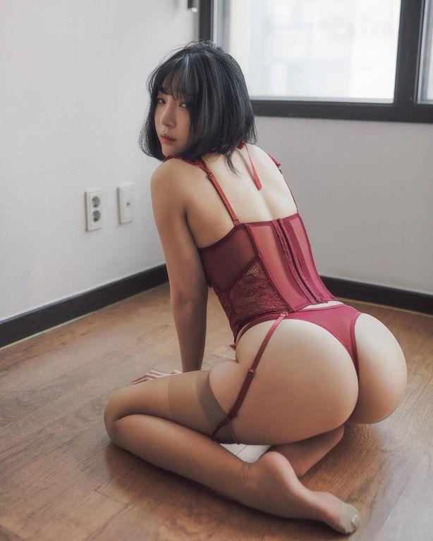 清纯网红甜扮萌妹老师!一弯腰「裙子拉到腿跟」 网:没穿内内?