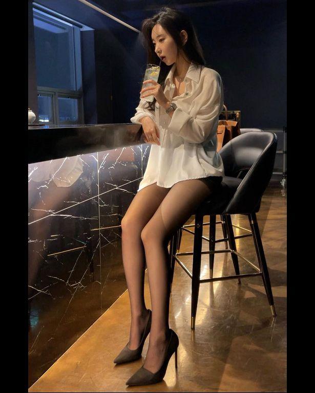 喝醉了?韩「ㄦ字腰」清纯网红衣领大开 春光全外洩