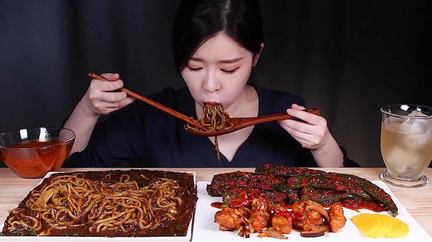 直接嗑辣椒!韩正妹「大胃王」每餐大辣 网忧:身体撑不住