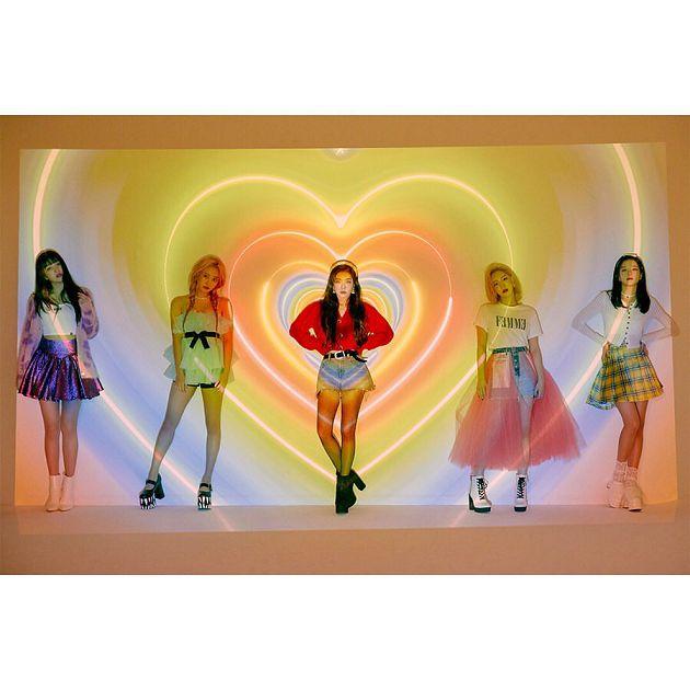 颜值再高也Hold不住!Red Velvet打歌服「丑到上热搜」 网:好像穿花圈上台
